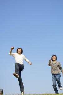 シャンプをする2人の男性の写真素材 [FYI02811773]