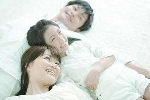 寝転ぶ家族3人の写真素材 [FYI02811808]
