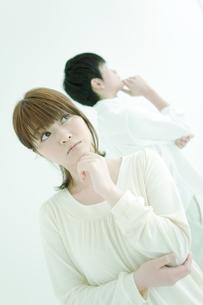 考えるカップルの写真素材 [FYI02811858]