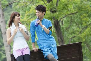 スポーツウェアを着たカップルの写真素材 [FYI02811864]