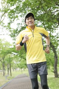 ジョギングする中高年男性の写真素材 [FYI02811882]