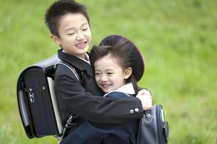 抱き合う子供たちの写真素材 [FYI02811891]