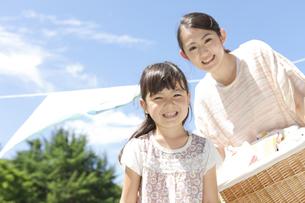 洗濯物を干す親子の写真素材 [FYI02811892]