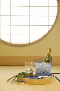 和室に置かれているワインの写真素材 [FYI02811927]