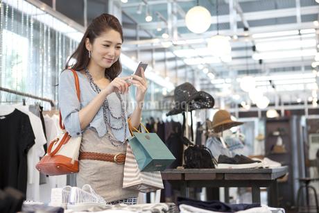 スマートフォンを操作している女性の写真素材 [FYI02811929]