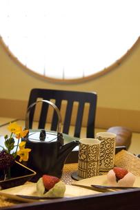 和菓子などが置いてある和室の写真素材 [FYI02811964]