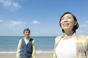 海岸を歩く中高年夫婦の写真素材 [FYI02811970]