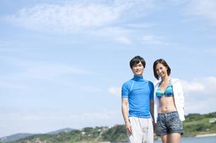 水着姿のカップルの写真素材 [FYI02811982]