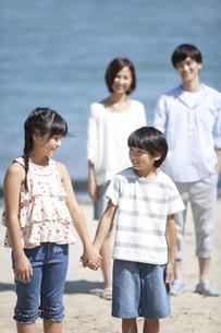 海辺に立つ4人家族の写真素材 [FYI02811989]