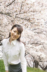 笑顔のビジネスウーマンの写真素材 [FYI02811992]