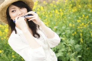 ハーモニカを吹いている女性の写真素材 [FYI02812010]
