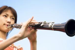 クラリネットを吹いている女性の写真素材 [FYI02812021]