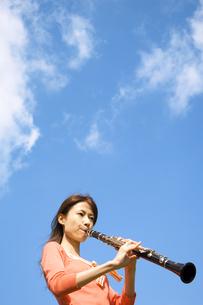クラリネットを吹いている女性の写真素材 [FYI02812022]