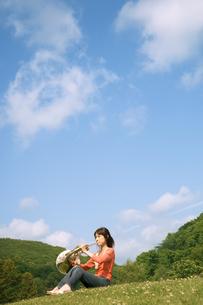 ホルンを吹いている女性の写真素材 [FYI02812025]