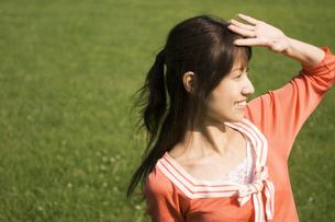 眩しそうに遠くを見ている女性の写真素材 [FYI02812032]