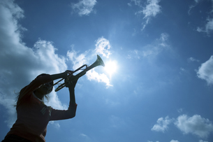 トランペットを吹いている女性の写真素材 [FYI02812033]