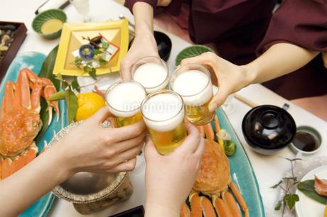 ビールで乾杯する人々の写真素材 [FYI02812079]