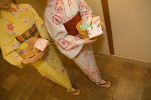 お風呂セットを持って歩く浴衣の女性2人の写真素材 [FYI02812085]