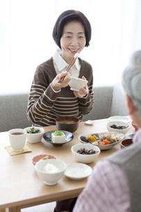 朝食を食べる中高年夫婦の写真素材 [FYI02812128]