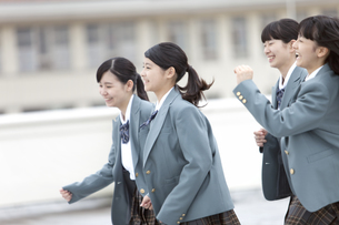 走っている女子校生の写真素材 [FYI02812138]