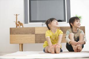 リビングでくつろぐ男の子と女の子の写真素材 [FYI02812144]