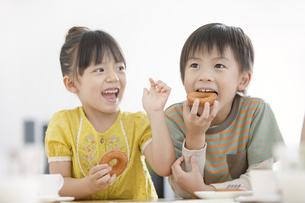 おやつを食べる男の子と女の子の写真素材 [FYI02812151]
