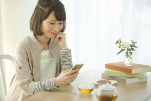 スマートフォンを操作する女性の写真素材 [FYI02812158]