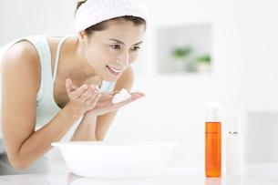 洗顔をする中高年女性の写真素材 [FYI02812167]