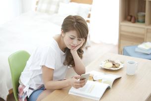 スマートフォンを操作する女性の写真素材 [FYI02812215]