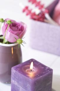キャンドルと花瓶に生けられた花の写真素材 [FYI02812226]