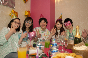 パーティーをする若者5人の写真素材 [FYI02812237]