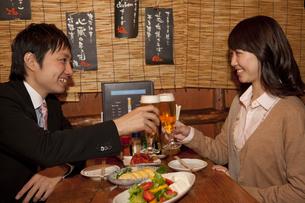 乾杯しているビジネスマンとビジネスウーマンの写真素材 [FYI02812249]
