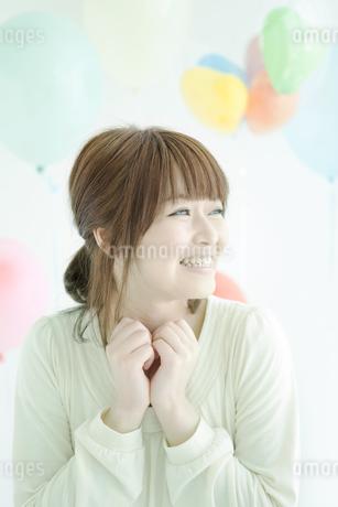 笑顔の女性と風船の写真素材 [FYI02812272]