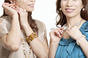 アクセサリーを触る女性2名の写真素材 [FYI02812278]