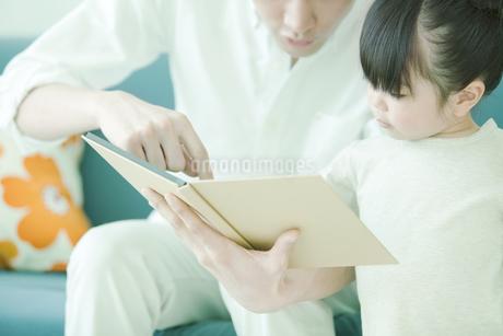 本を読む親子の写真素材 [FYI02812282]