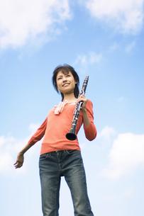 クラリネットを持って腕を広げている女性の写真素材 [FYI02812305]
