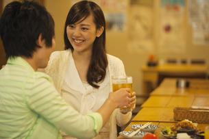 乾杯をするカップルの写真素材 [FYI02812323]