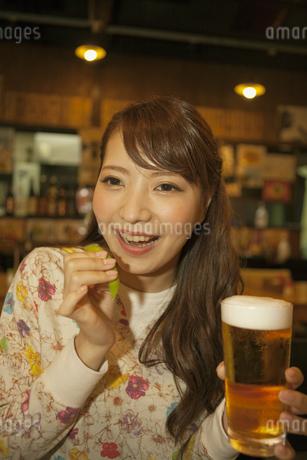ビールを飲む女性の写真素材 [FYI02812337]