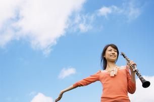 クラリネットを持って腕を広げている女性の写真素材 [FYI02812366]
