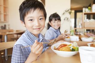 食事をする男の子と女の子の写真素材 [FYI02812373]