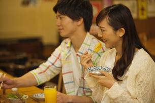 食事をするカップルの写真素材 [FYI02812382]