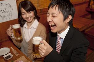 ビールを飲むビジネスマン2人の写真素材 [FYI02812384]