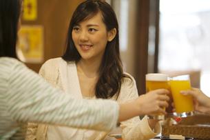 乾杯をする女性の写真素材 [FYI02812399]