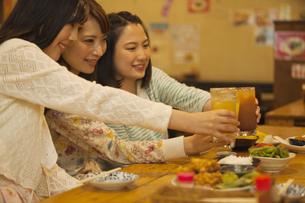 乾杯をする女性3人の写真素材 [FYI02812407]