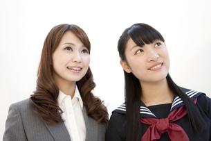見上げている先生と女子校生の写真素材 [FYI02812411]