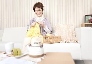 編み物をしている中高年女性の写真素材 [FYI02812418]