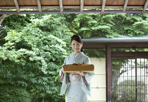 風呂敷包みを持つ着物姿の女性の写真素材 [FYI02812425]