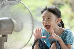 扇風機で涼む女の子の写真素材 [FYI02812435]