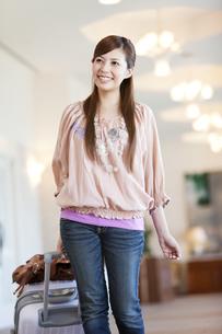 スーツケースを持つ笑顔の女性の写真素材 [FYI02812437]