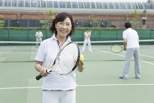 テニスをする中高年女性の写真素材 [FYI02812451]
